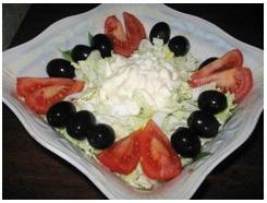 Салат из пекинской капусты с помидорами и маслинами