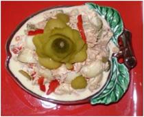 Салат с консервированым тунцом