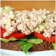 Пикантный салат с рыбной консервой