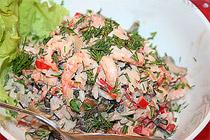 Быстрый салат с креветками и грибами