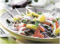 Салат из копченой рыбы и манго