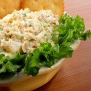 Легкий салат из рыбных консерв
