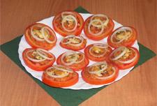 Готовим салат с помидорами и мидиями