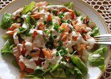 Приготовленный рецепт салата с копченым лососем