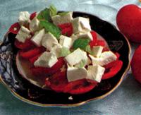 Легкий салатик с сыром и помидорами