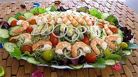 Салат с овощами, кускусом и креветками