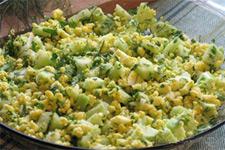 Салат с яйцами и огурцом на фото