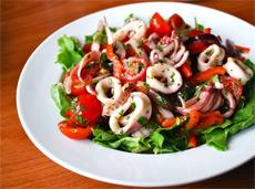 Рецепт салата с кальмарами и помидорами фото
