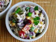 Вкусный салат мексиканской кухни с пикантным соусом