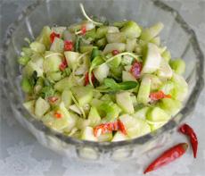 Пикантный салат с огурцами