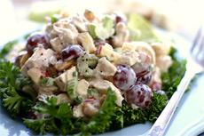 Рецепт летнего салата с куриным мясом и виноградом