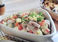 Смешанный салат с овощами и слабосоленой сельдью