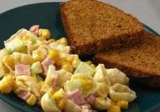Фото салата с колбасой и кукурузой на обед