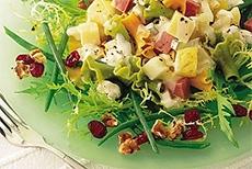 Зеленый салат с пастой и фруктами