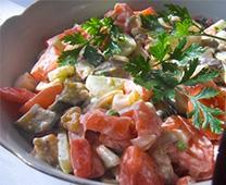 Вкусный баклажанный салат с помидорами.