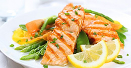 Салат с ломтиками лосося фото