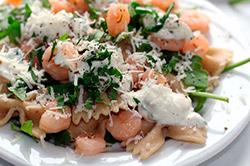 Фото домашний салат с креветками и руколой