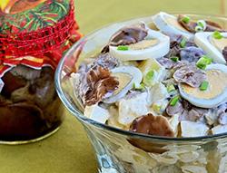 фото готового салата с маринованными опятами