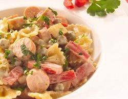 Салат с макароном фарфалле и сосисками