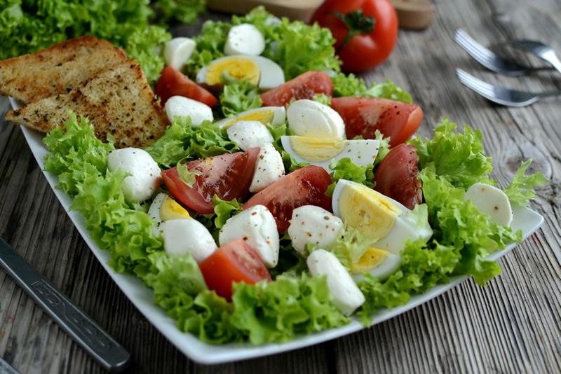 фото салата с моцареллой и помидорами