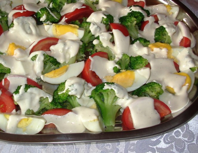 Летний салат с брокколи и яиц