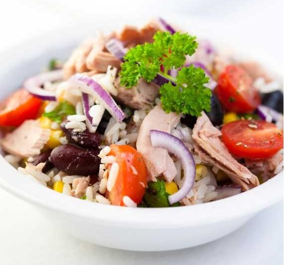Фото салат с тунцом, помидорами черри и красной фасолью