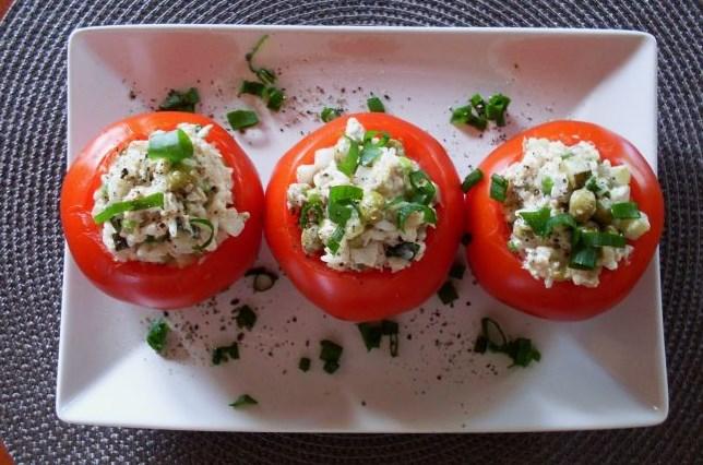 Салат с тунцом в помидорах