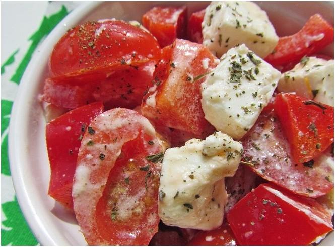 Салат с красным сладким перцем, черри и брынзой