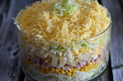 Слоеный салат с ветчиной, сельдереем и яйцами