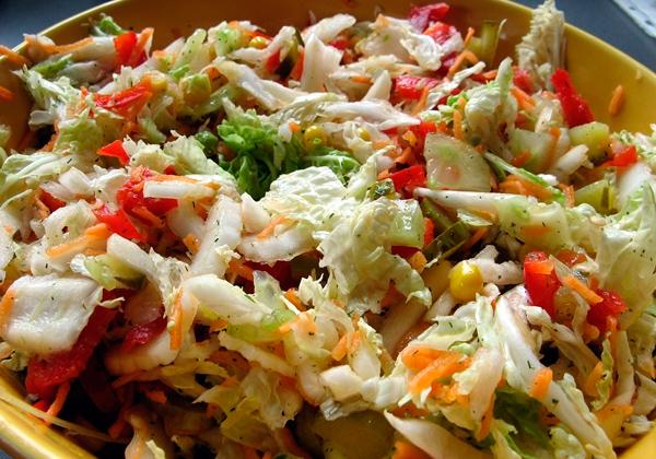 Салат с китайской капустой и овощами на обед