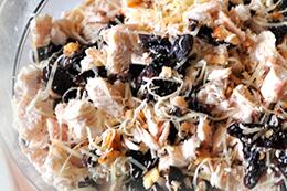 Праздничный салат с черносливом и орехами