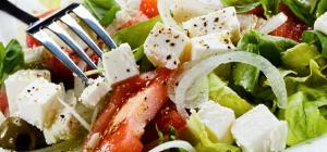 Салат с кубиками моцареллы и свежими помидорами