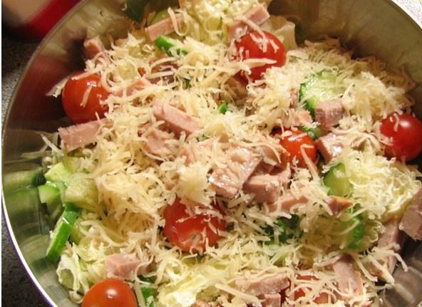 фото салата с ветчиной и помидорами