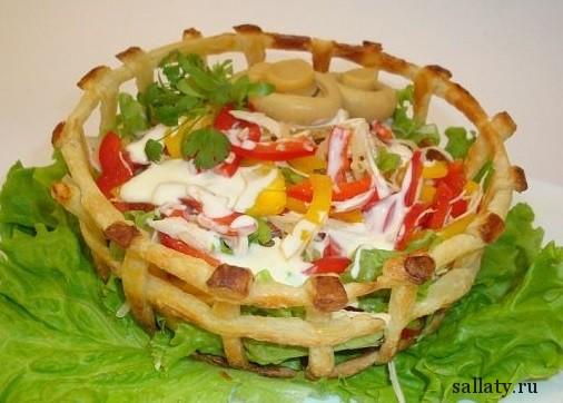 Салат из куриной грудки с ананасами в корзиночке из слоеного теста