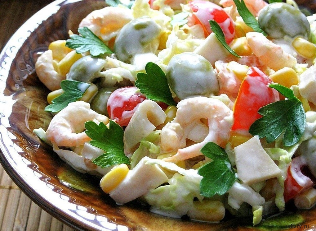 Салат с креветками и орешками