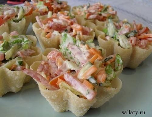 Салат с колбасой в корзиночках