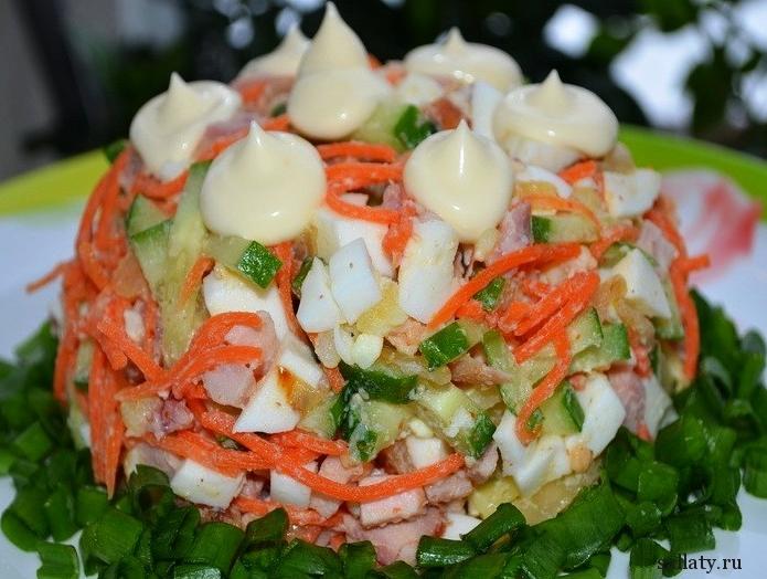 Салат с курицей корейской морковью и огурцом